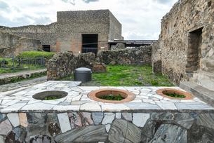 ポンペイ遺跡大理石のカウンターを見る飲食店跡の写真素材 [FYI01712043]