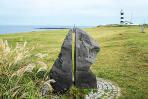 入道崎の灯台と北緯40度のモニュメントの写真素材 [FYI01712051]