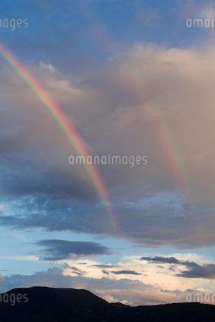虹と民家の写真素材 [FYI01712114]