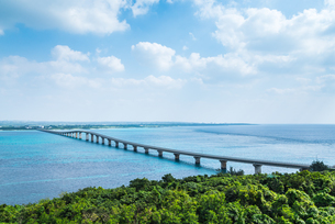 来間島より来間大橋と宮古島を望むの写真素材 [FYI01712118]