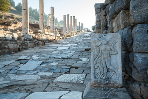 エフェソス遺跡商売の神エルメスのレリーフを見る石畳の通り風景の写真素材 [FYI01712124]