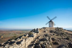 田園地帯を見下ろす丘の上に建つ1基の風車の写真素材 [FYI01712154]