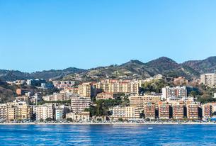 海から見るメッシーナの街並みの写真素材 [FYI01712170]