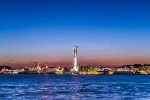 海峡ゆめタワーが聳え立つ下関市街地夕景を関門海峡越しに見るの写真素材 [FYI01712173]