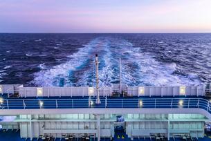 フェリーデッキより航跡波を見るの写真素材 [FYI01712190]