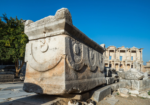 エフェソス遺跡石棺越しに見るケルスス図書館の写真素材 [FYI01712204]