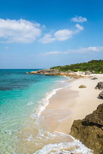 コバルトブルーの東シナ海と白浜のムスヌン浜の写真素材 [FYI01712218]