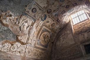 ポンペイ遺跡漆喰レリーフ模様の装飾を見る公衆浴場の写真素材 [FYI01712230]
