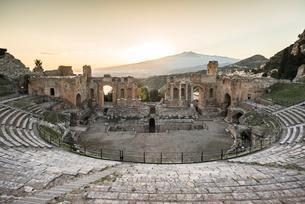 エトナ山を正面に見る夕暮れのギリシャ劇場の写真素材 [FYI01712267]