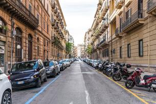 きれいに縦列駐車された車を見るパレルモの街並みの写真素材 [FYI01712283]