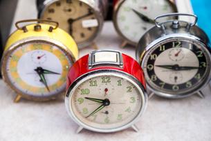 フリーマーケットに並ぶ複数の古い目覚まし時計の写真素材 [FYI01712292]