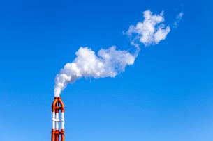 青空に上がる工場煙突からの煙の写真素材 [FYI01712325]