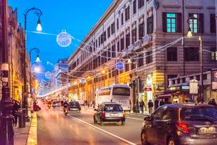 クリスマスイルミネーションを見るパレルモのメインストリート街並み夜景の写真素材 [FYI01712342]