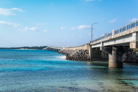 コバルトブルーの海と池間大橋の写真素材 [FYI01712349]
