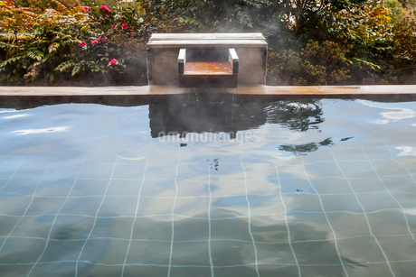 温泉露天風呂のお湯が流れ出る風景の写真素材 [FYI01712357]