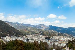 山並みを背景に見る下呂温泉街風景の写真素材 [FYI01712371]