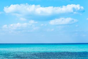 雲ある青空とコバルトブルーの海の写真素材 [FYI01712375]