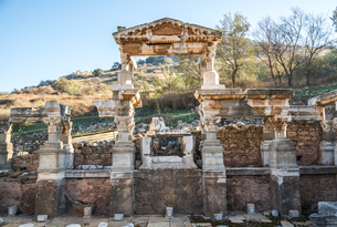 エフェソス遺跡三角ファサードを見るトラヤヌスの泉の写真素材 [FYI01712378]