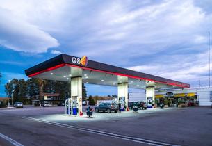 高速道路パーキングのガソリンスタンド風景の写真素材 [FYI01712392]