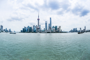 対岸より上海のシンボルタワーと超高層ビル群を見るの写真素材 [FYI01712393]