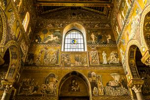 モンレアーレ大聖堂豪華なモザイク装飾が施された内部の写真素材 [FYI01712416]