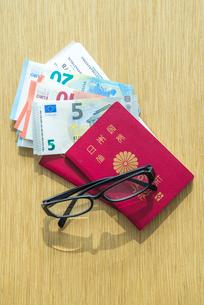 ユーロ札とパスポートとメガネの写真素材 [FYI01712421]