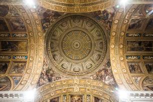 ジェズ・ヌオーヴォ教会の天井ドームフレスコ画を見上げるの写真素材 [FYI01712441]