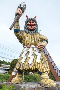 男鹿温泉郷入り口に立つ巨大なまはげ像の写真素材 [FYI01712448]