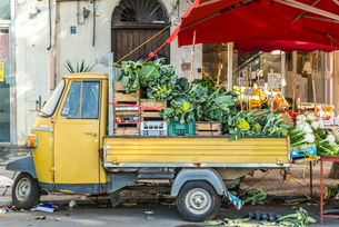3輪トラックに野菜が積まれディスプレイされた店先風景の写真素材 [FYI01712450]