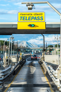 山並みを見るイタリア高速道路入り口ゲート風景の写真素材 [FYI01712451]