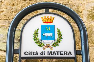 紋章を見るマテーラの街の看板の写真素材 [FYI01712453]
