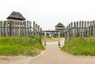吉野ケ里遺跡物見櫓を見る風景の写真素材 [FYI01712471]