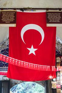 アーケード街に見るトルコ国旗の写真素材 [FYI01712475]