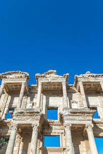 エフェソス遺跡ケルスス図書館ファサードを見上げるの写真素材 [FYI01712477]