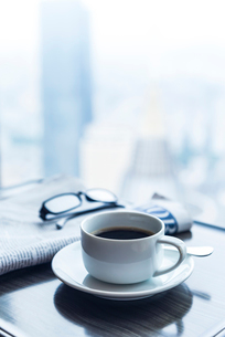 テーブルに置かれたモーニングコーヒーの写真素材 [FYI01712493]