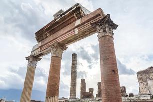 ポンペイ遺跡列柱を見る風景の写真素材 [FYI01712499]