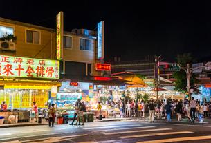 台北市街夜市風景の写真素材 [FYI01712506]