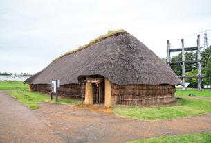 三内丸山遺跡大型竪穴式住居を見る風景の写真素材 [FYI01712509]
