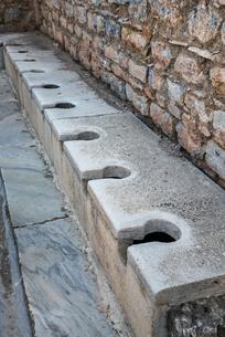 エフェソス遺跡公衆トイレの写真素材 [FYI01712511]
