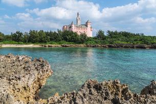岩礁と海面越しに見る博愛記念館の写真素材 [FYI01712512]