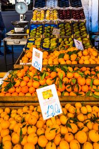 市場の店先に並んだ沢山のフルーツの写真素材 [FYI01712520]