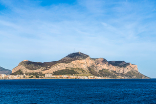 シチリア島山並みとパレルモの市街地を望むの写真素材 [FYI01712521]