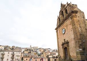 サン・ステファノ教会ファサード越しに見るピアッツァ・アルメリーナの町並みの写真素材 [FYI01712522]
