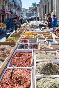 多種の香辛料を売る露店風景の写真素材 [FYI01712538]