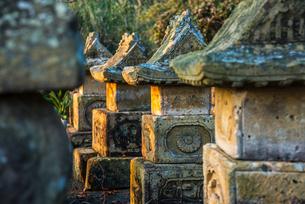 夕日を受け立ち並ぶ暮石の写真素材 [FYI01712539]