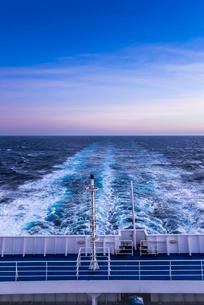 フェリーデッキより航跡波を見るの写真素材 [FYI01712541]