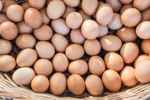 カゴに入った沢山の卵の写真素材 [FYI01712549]