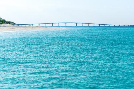 与那嶺前浜より来間大橋を見るの写真素材 [FYI01712558]
