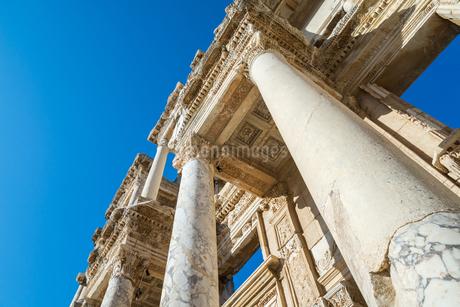 エフェソス遺跡ケルスス図書館ファサードを見上げるの写真素材 [FYI01712564]