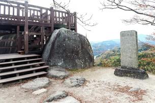 遠くに山並みを見る苗木城天守展望台の写真素材 [FYI01712573]